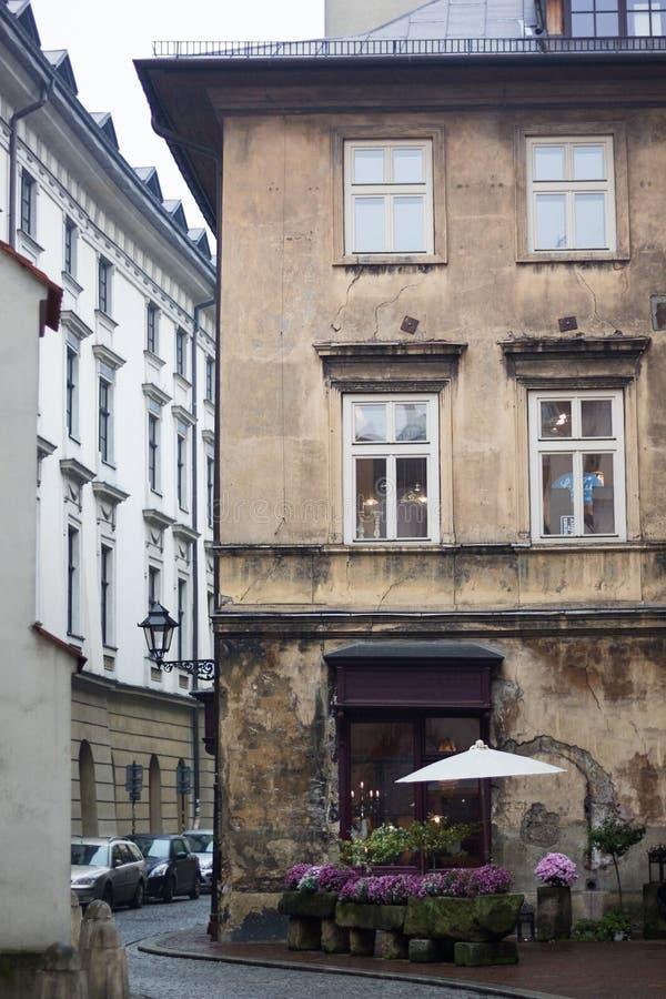 老咖啡馆在一条狭窄的街道上的老房子里 免版税库存图片