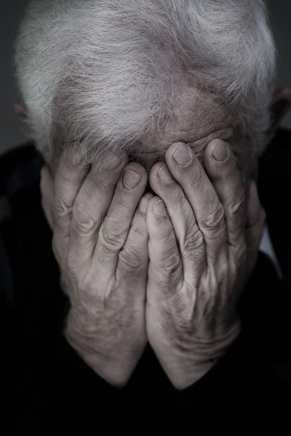 老哭泣的人 免版税库存图片