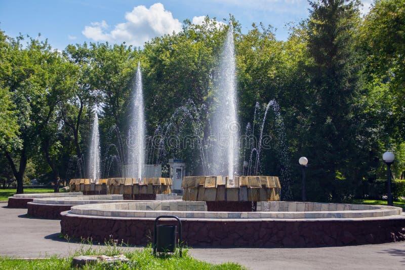 老喷泉在彼得罗巴甫尔俄国名字彼得罗巴甫洛斯克,哈萨克斯坦的城市公园 免版税库存图片