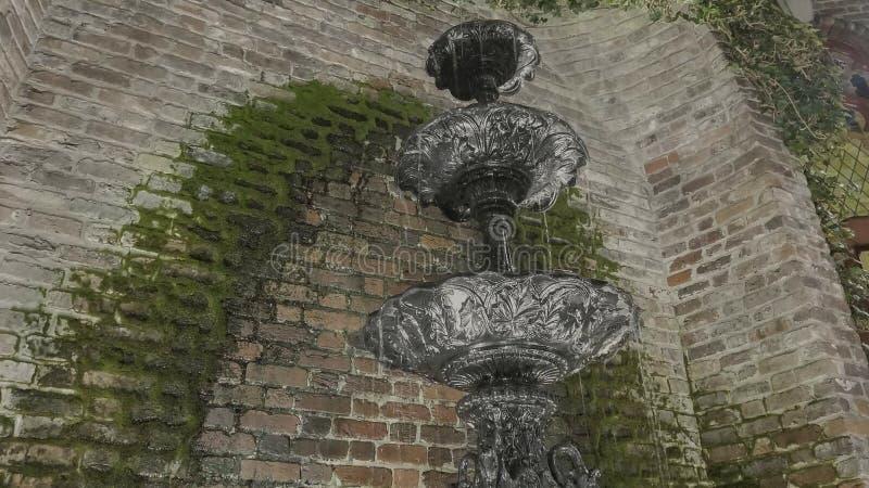 老喷泉在镇里 免版税库存图片
