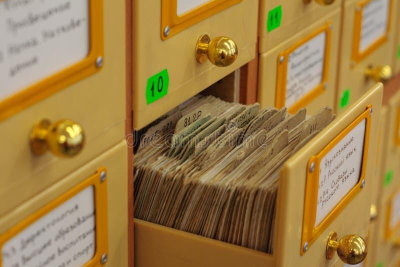 老图书馆目录的延长的抽屉 免版税库存照片