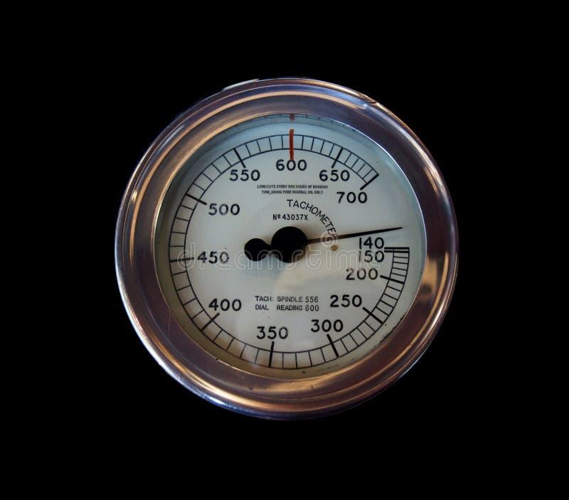 老圆的在黑背景的金属工业车头表与在一个白色拨号盘标记的数字 库存照片