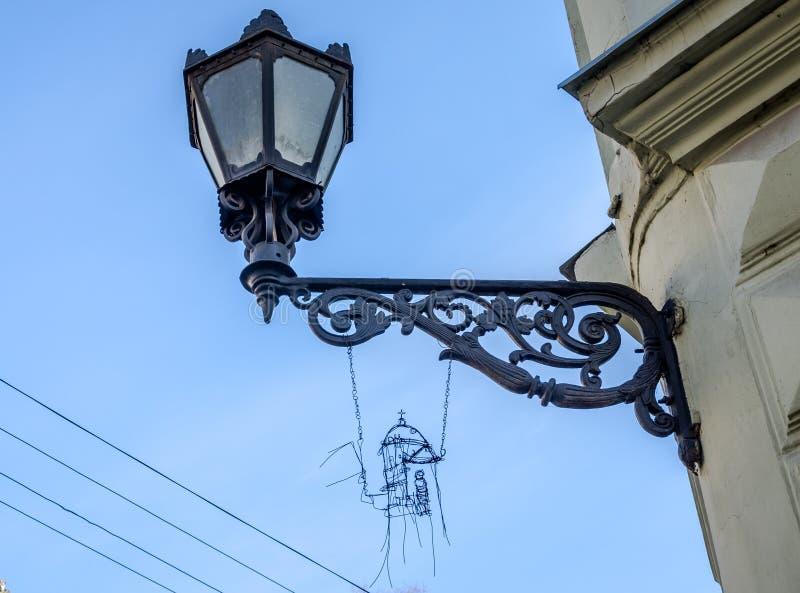 老在一个房子的墙壁上的葡萄酒减速火箭的黑烟经典神色其中一条的利沃夫州街道  库存图片
