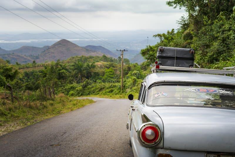 老在一条路的葡萄酒美国汽车在特立尼达境外 免版税库存照片