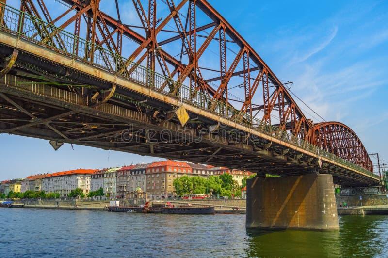 老在伏尔塔瓦河河的铁铁路桥 捷克布拉格共和国 免版税库存照片