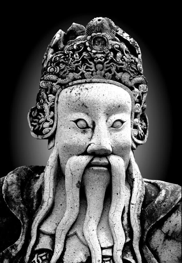 老在公开佛教寺庙的葡萄酒中国战士雕象 免版税库存照片
