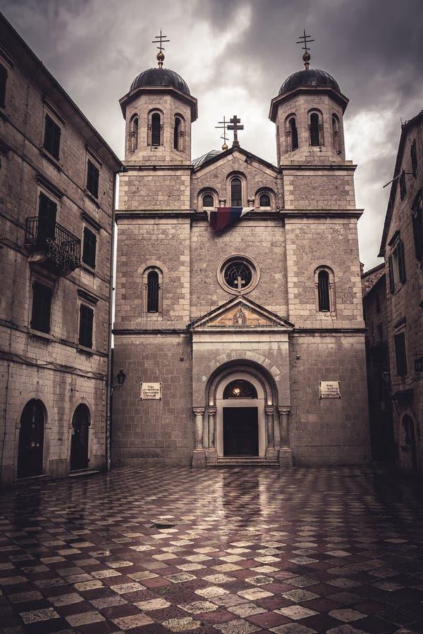 老在剧烈的天空前面的欧洲人圣尼古拉斯东正教在老欧洲城市科托尔在黑山黑山,科托尔, T 免版税库存图片