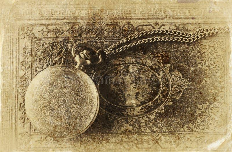 老在古色古香的书的葡萄酒怀表的宏观图象 顶视图 减速火箭的被过滤的图象,老牌照片 免版税库存照片