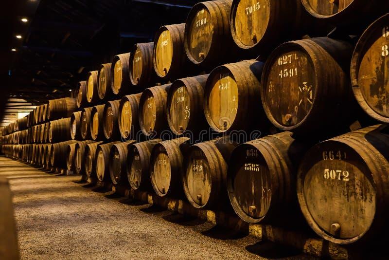老在意大利,波尔图,葡萄牙,法国变老了传统木桶用在凉快和黑暗的地窖里排队的穹顶的酒 图库摄影