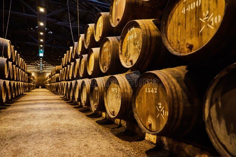 老在意大利,波尔图,葡萄牙,法国变老了传统木桶用在凉快和黑暗的地窖里排队的穹顶的酒 库存图片