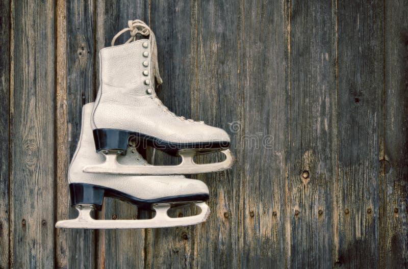 老在木墙壁上滑冰 免版税库存图片