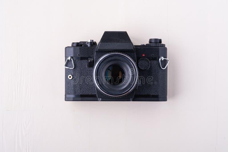 老在白色背景的葡萄酒减速火箭的唯一银色照片胶卷相机拷贝空间顶视图舱内甲板位置 免版税库存图片