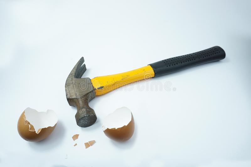 老在白色背景隔绝的锤子残破的蛋壳 免版税库存图片