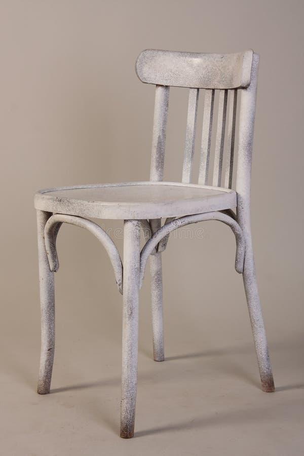 老在白色背景隔绝的葡萄酒白色木椅子 库存照片