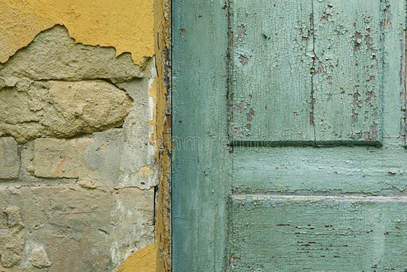 老在老砖瓦房的葡萄酒土气外部蓝色门细节 免版税图库摄影