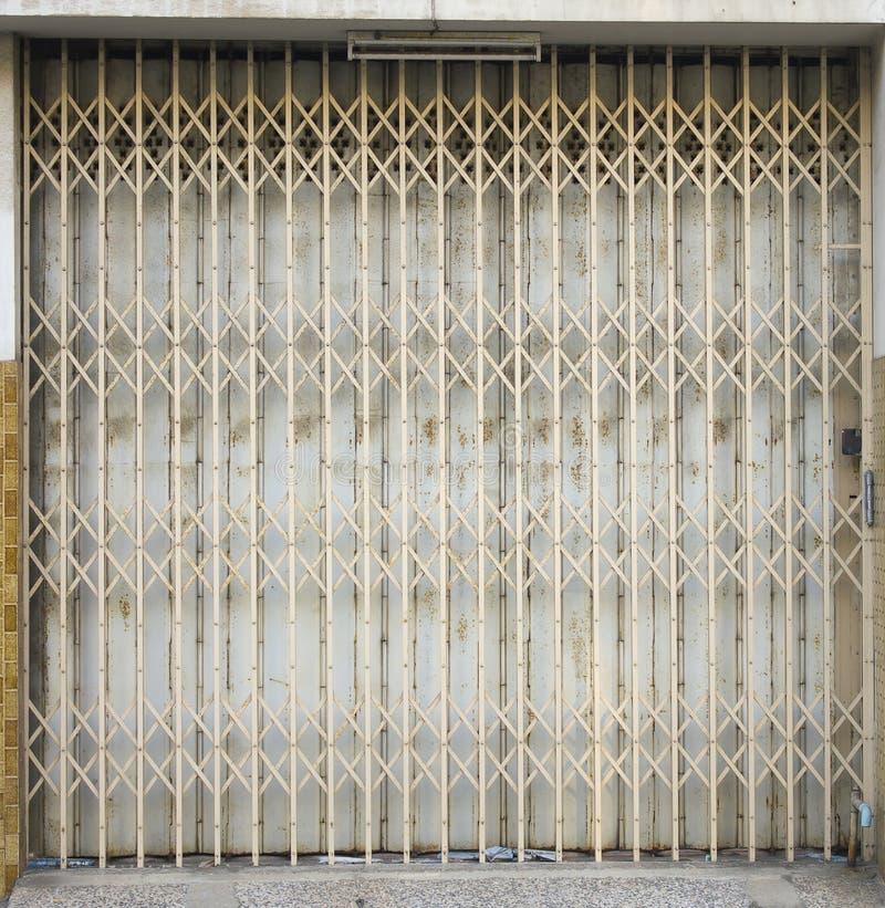 Download 老在老镇的金属格栅滚滑门 库存照片. 图片 包括有 十字形, 抽象, 把柄, 保护, 详细资料, 巩固, 闪亮指示 - 59103092