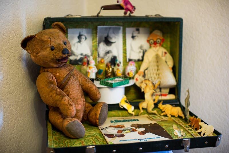 老在苏联制造的儿童的软的玩具动物玩具在苏联 免版税库存照片