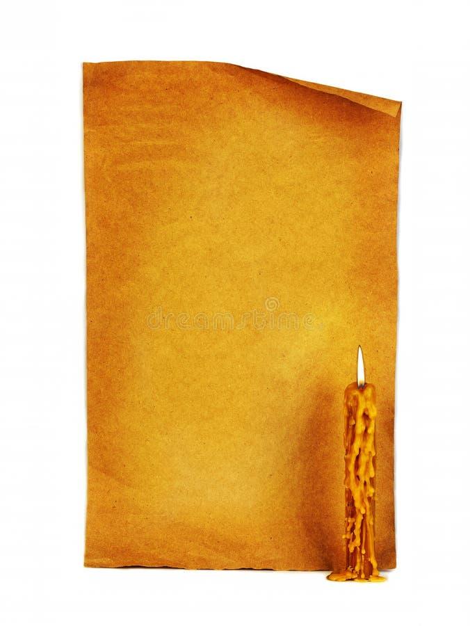老在葡萄酒纸片背景的教会灼烧的蜡烛  库存图片