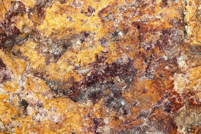 老地下室石墙五颜六色的纹理  免版税库存图片