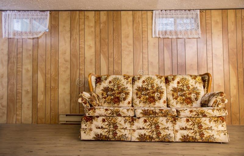 老地下室长沙发 免版税库存图片
