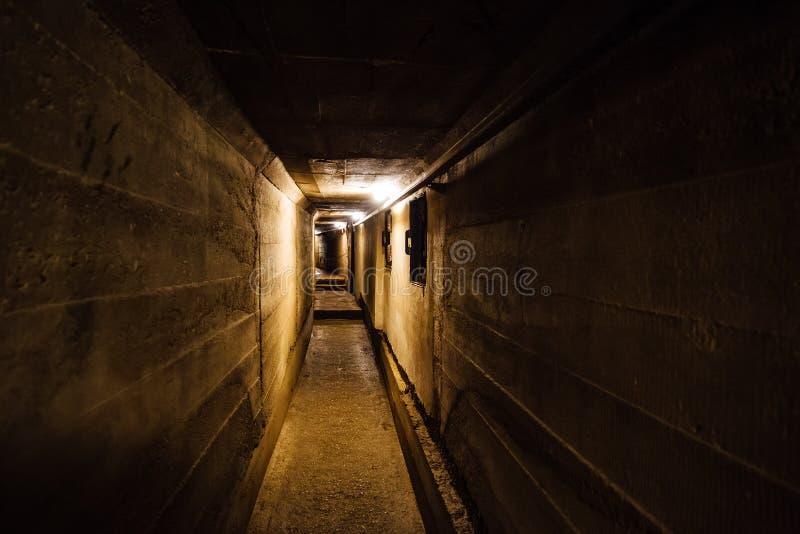 老地下苏联军事地堡黑暗的走廊在火炮设防下的 库存图片