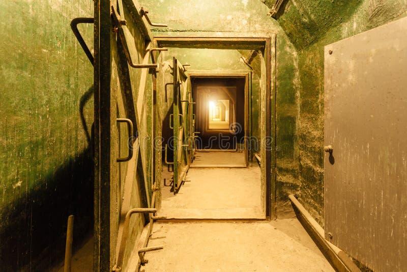 老地下苏联军事地堡黑暗的走廊在设防下的 塞瓦斯托波尔,克里米亚 库存图片