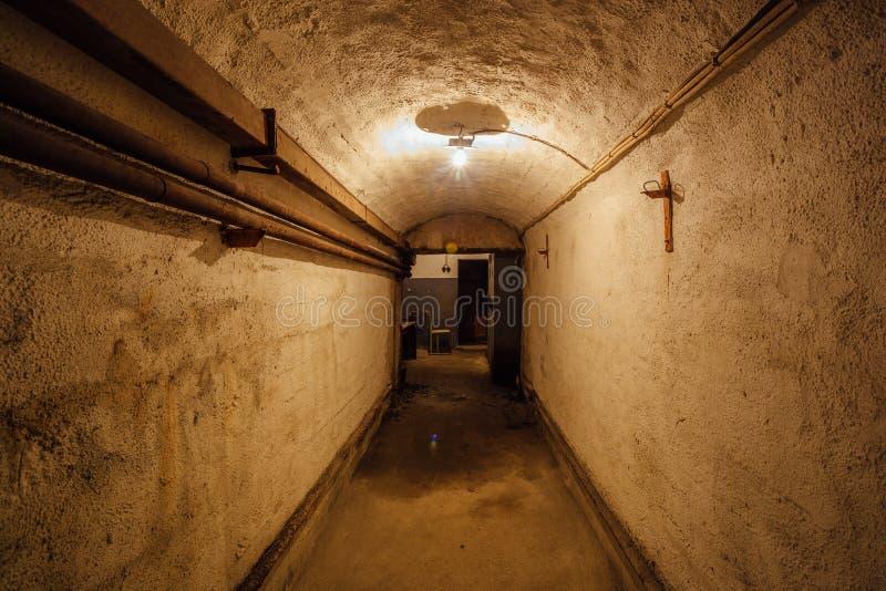 老地下苏联军事地堡黑暗的走廊在设防下的 塞瓦斯托波尔,克里米亚 免版税图库摄影