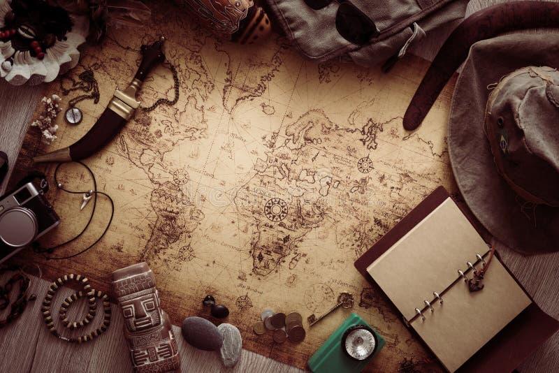 老地图、葡萄酒旅行设备和纪念品从旅行环球/地方您的文本的 免版税库存照片