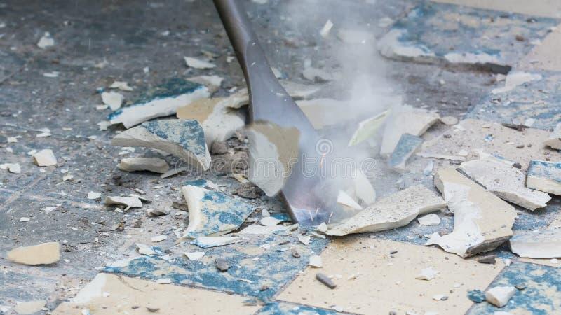 老地板撤除在住房的整修时 手工工作想法  库存图片
