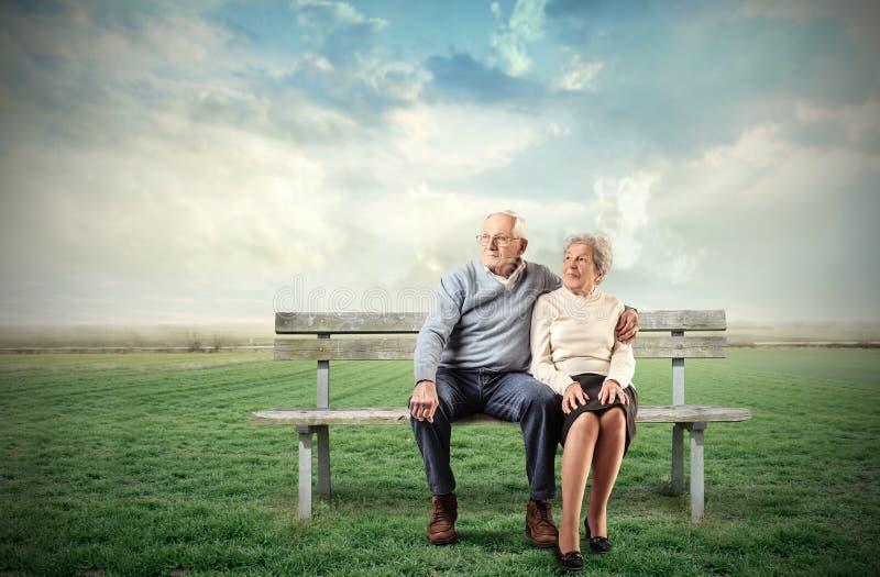 老坐的夫妇 免版税库存图片