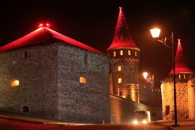 老城堡在晚上,石堡垒在Kamianets-Podilskyi市, 图库摄影