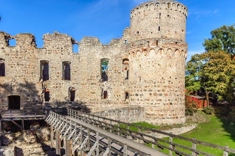 老城堡废墟在Cesis镇,拉脱维亚andwooden桥梁 库存图片