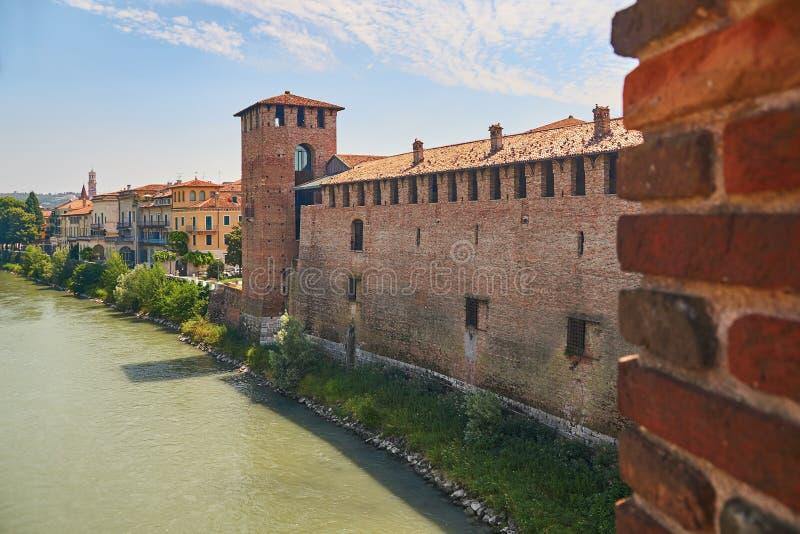 老城堡或Castelvecchio的看法从Castel Vecchio Scaliger桥梁在阿迪杰河 免版税库存照片