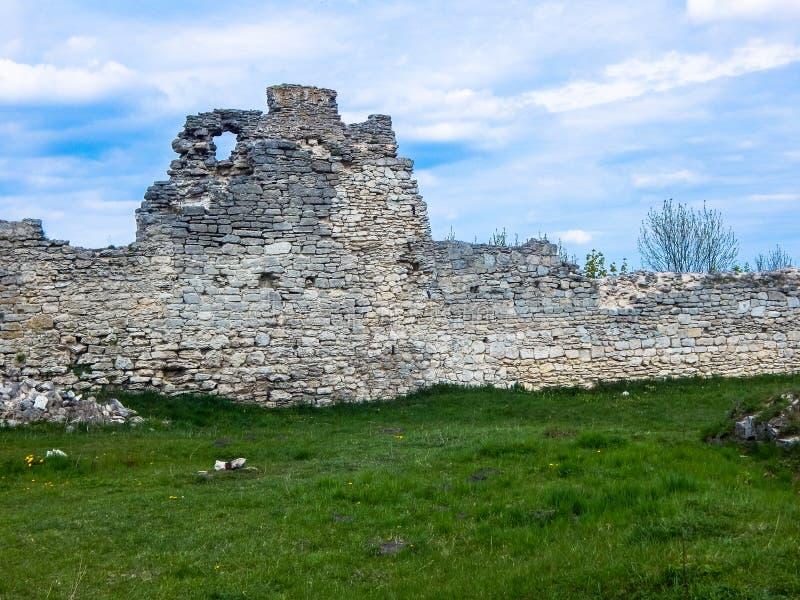 老城堡防御墙壁的废墟 免版税图库摄影