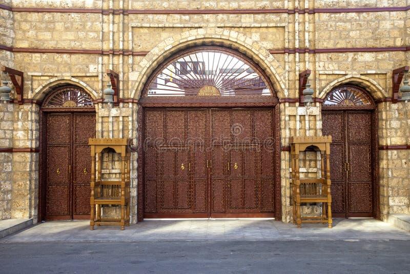老城市在吉达,叫作历史吉达的沙特阿拉伯 老和遗产Windows和门在吉达 达成协议阿拉伯半岛地区夹子上色了海拔greyed包括映射路径替补沙特被遮蔽的状态周围的领土 免版税库存照片