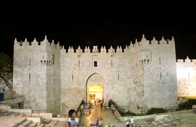 老城市大马士革门耶路撒冷轻的晚上 库存图片