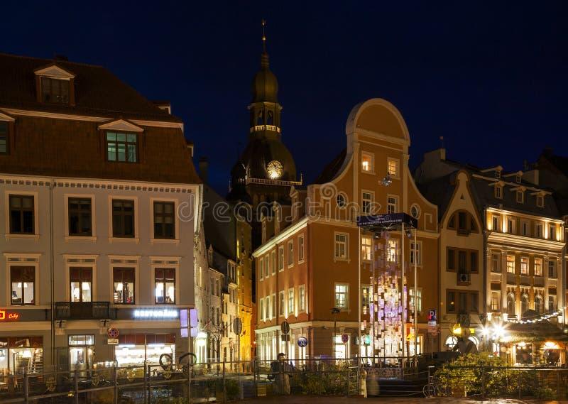 老城市的中心在晚上在新年 库存图片
