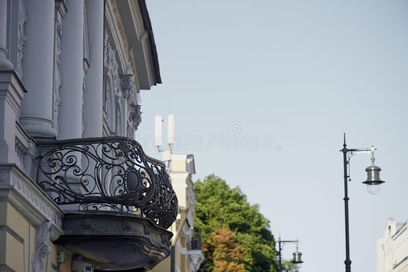 老城镇 锻铁阳台和一盏减速火箭的灯 欧洲城市的历史的中心 库存照片