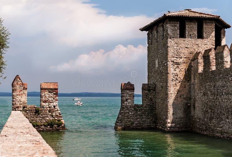 老堡垒在湖的加尔达西尔苗内在意大利 免版税库存图片