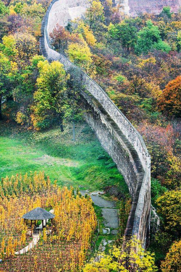 老堡垒墙壁,秋天 库存照片