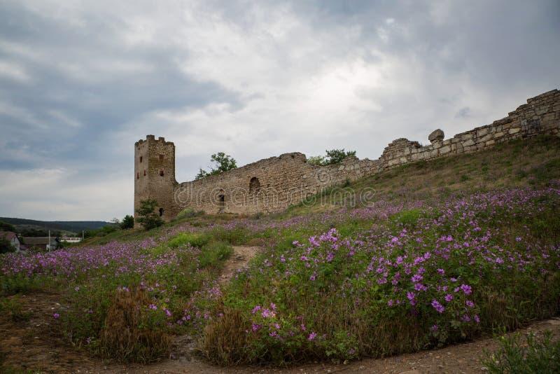 老堡垒Kafa墙壁和塔在Feodosia 免版税库存照片