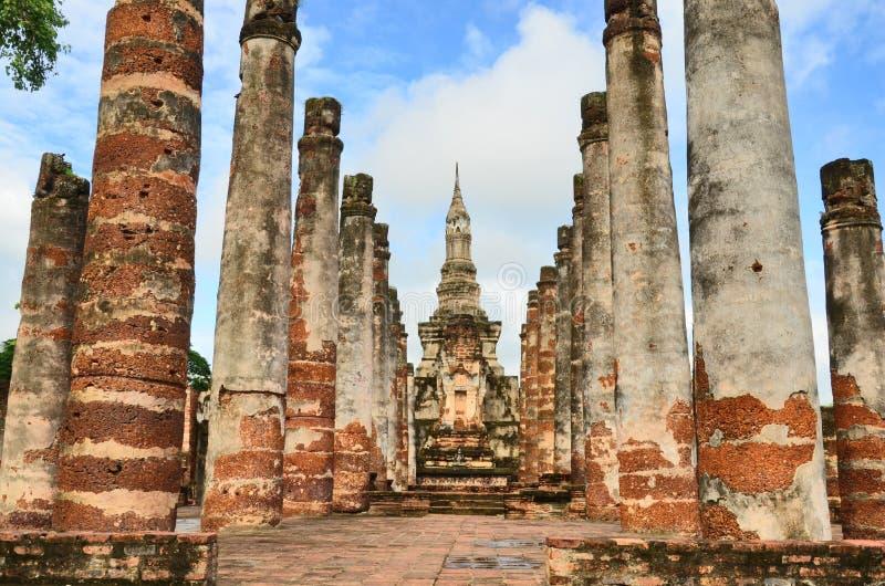 老塔和被毁坏的寺庙杆 库存图片