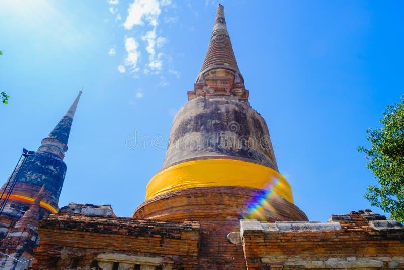 老塔有在Wat亚伊柴Mongkhon古庙的蓝天背景在阿尤特拉利夫雷斯历史公园泰国 免版税库存照片