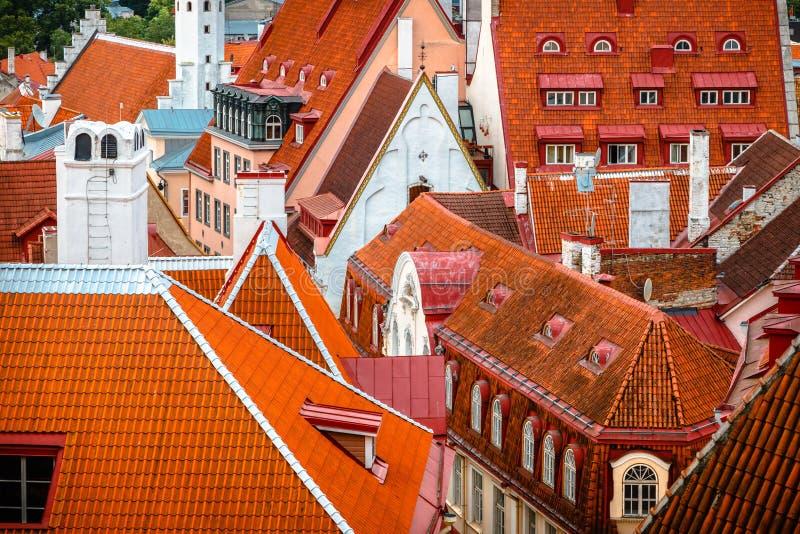 老塔林,爱沙尼亚铺磁砖的屋顶的看法  免版税图库摄影