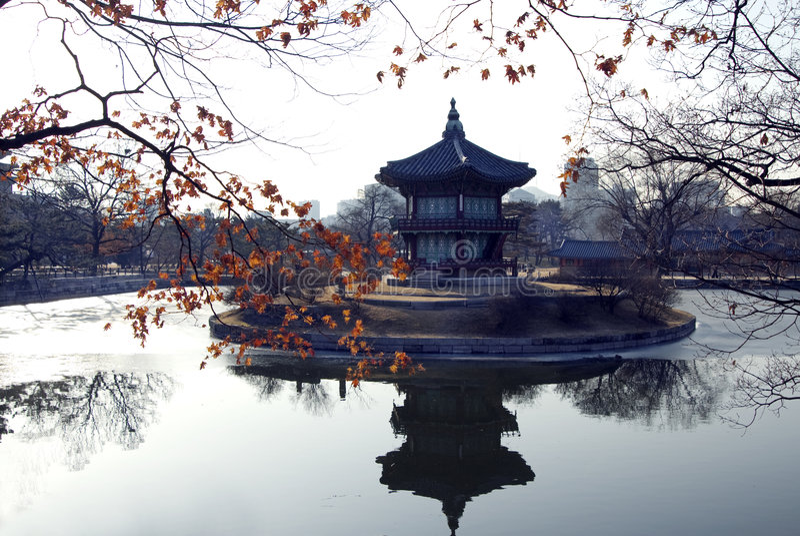 老塔结构树冬天 免版税库存照片
