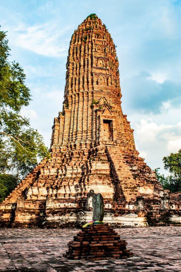 老塔被建造砖被损坏在Worachet寺庙 免版税库存图片