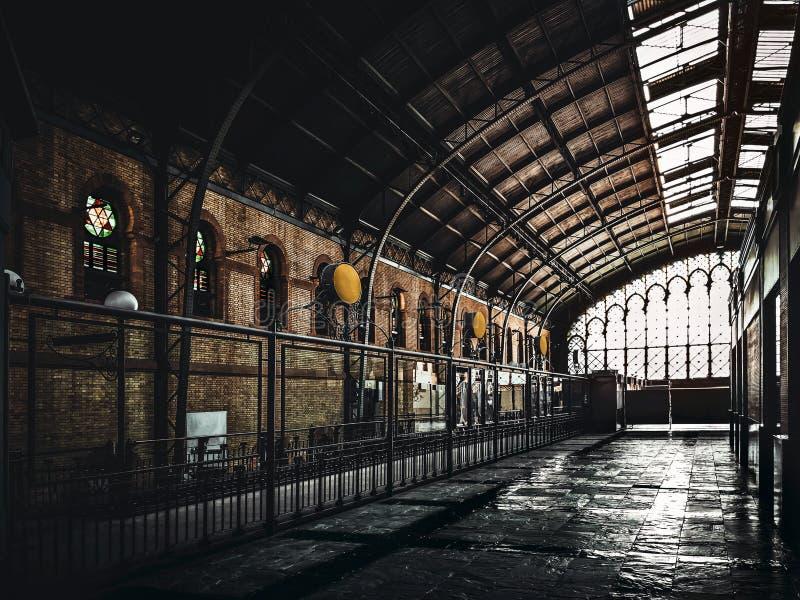 老塞维利亚火车站上面  阿马斯广场老火车站内部建筑学  r 免版税图库摄影