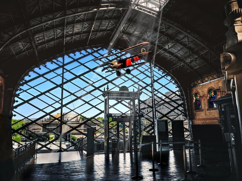 老塞维利亚火车站的霍尔 阿马斯广场老火车站内部建筑学  r 免版税库存图片