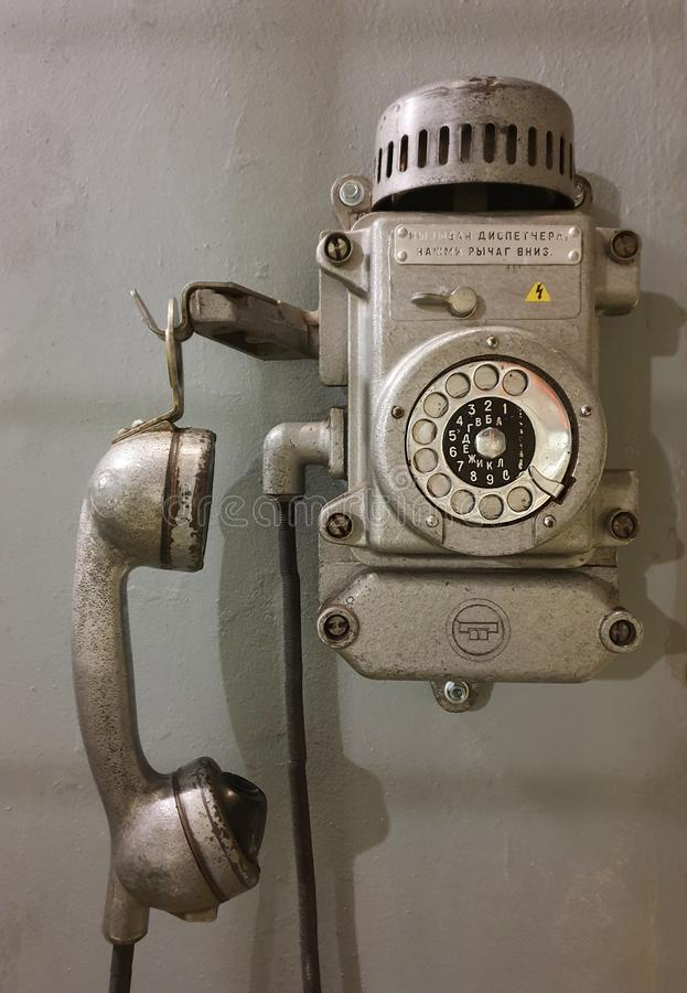 老墙壁减速火箭的电话 减速火箭的通信 免版税库存照片