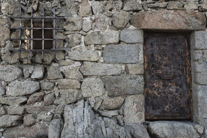 老墙壁和前门 图库摄影